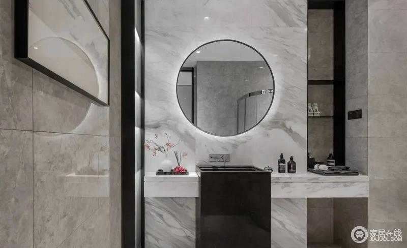 卫生间洗手盆两侧都是悬空的台面,黑色方正洗手盆搭配圆形背光镜,强调色彩对比,并以方圆造型结合圆形的背光镜子,让卫浴空间更加时尚、简洁,体验在家也高级的生活方式。