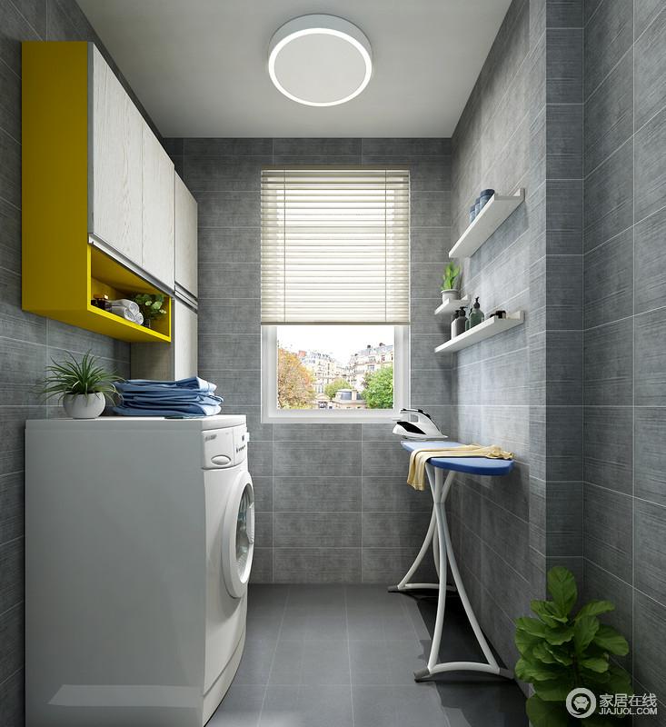 利用洗衣机上方墙面空间放置吊柜来收纳洗衣液等清洁物品,其右侧空间也能安装一组清洁工具吊柜,不仅充分利用了墙面空间而且美观实用。对面墙上的多层隔板进行了墙面收纳,下方空间可作为熨衣使用,更为生活化。