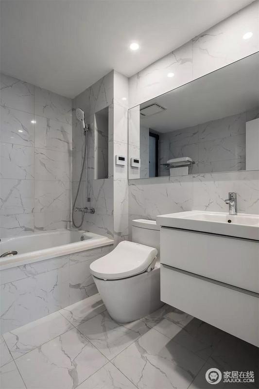 卫生间在雅白的地面墙面下,装一个白色的洗手盆柜,设置一个浴缸,为主人提供了一个简雅舒适的卫浴享受空间。