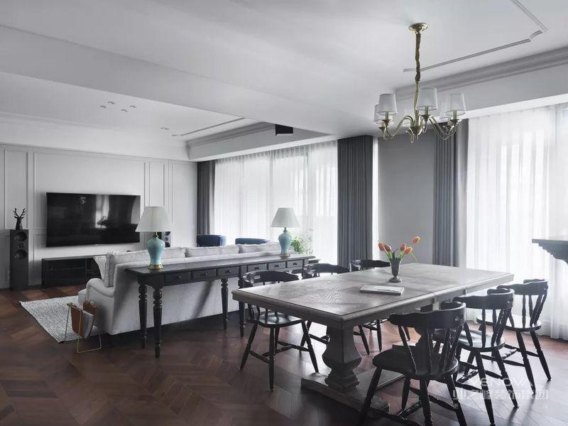 用餐区的设计汇集了美式风格的经典元素,特制的造型壁炉增加了用餐的温馨氛围,两侧的书架合理补充了用餐区收纳,而且还让墙面造型更加符合美式主题。 黄铜金属吊灯和镜子,营造了复古优雅的空间品格。