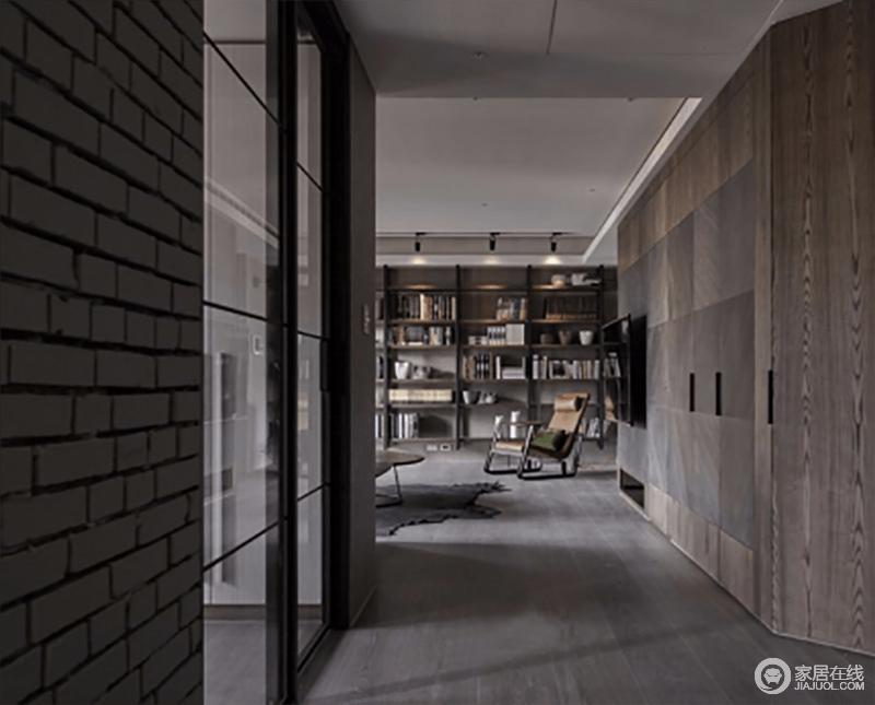 走廊的墙面被原木包裹,与原木地板形成一种整体感,成熟稳重;曲线的结构设计十分流畅,与书柜内文艺的气息相和,给主人一个开放而安谧的生活空间。