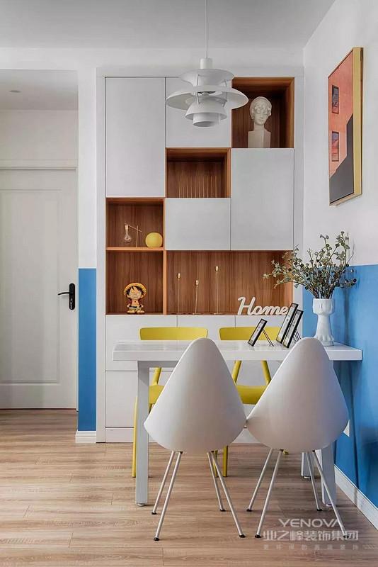餐边柜以原木色搭配白色,开放式与闭合式设计整体统一,丰富收纳的同时也很有设计感,个性十足。