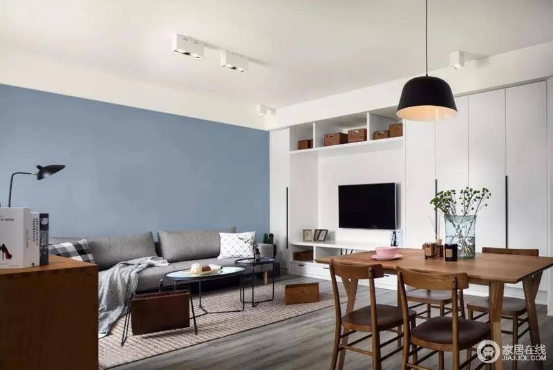 沙发和电视成九十度,虽然布局上稍有一些不太合理,却符合主人的生活习惯;整个空间白色的电视墙、蓝色的背景墙与深灰色布艺沙发巧妙结合起来,组成空间的雅静与大气。
