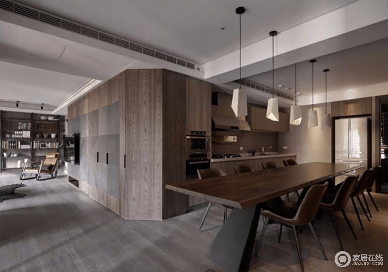 餐厅以定制厨柜实现烹饪,原木的材质赋予空间自然的厚重和温实,与整个开放式的格局彰显简洁大气;金属的吊灯给予空间都市感,与皮椅和原木餐桌让用餐更为温实。