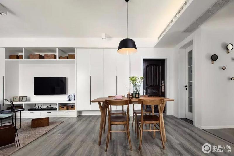 餐厅区把实木家具作为中心,与一盏黑色北欧吊灯定义了空间的区域的界线。却更显空间感;设计师用一块地毯将空间功能区做了简单的区分,布置有序的配饰,装饰出生活的精致温馨。