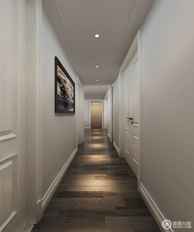 走廊狭长而幽深,墙体灰色显得冷静理智,白色门框及踢脚线带来线条变化感。一排射灯光影投注在木质地板上,形成灵动延伸,一幅抽象挂画,带来空间秘境感。