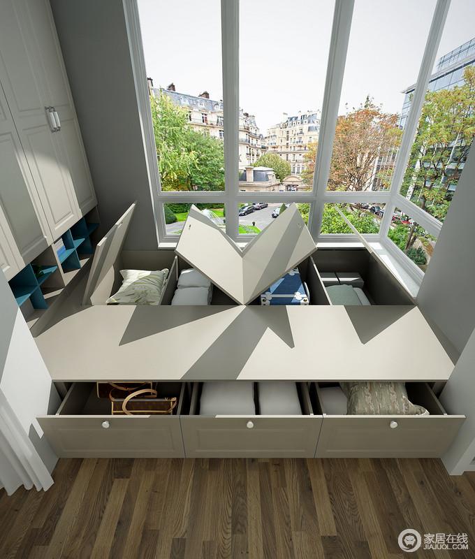 此利用阳台空间放置一组榻榻米,可以存放闲置的衣服等,更具收纳性;左侧的墙面空间可以做一组衣柜,过季的衣物都可以储放收纳。
