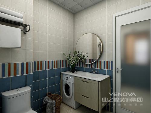 卫生间虽然格局上并不规整,但是,设计师借空间来填补功能,入口区的盥洗柜+洗衣机解决了功能性问题,而马桶上方配置的毛巾架实现收纳;米白色和蓝色瓷砖在彩砖的衔接中,提升了空间的艺术感
