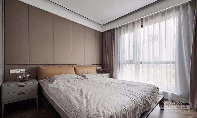 主卧的地面延续铺设艺术木地板,顶面的设计也采用点光源取代主灯的形式,整体用色选取中性偏暖的色调,让整个家简洁而温馨。