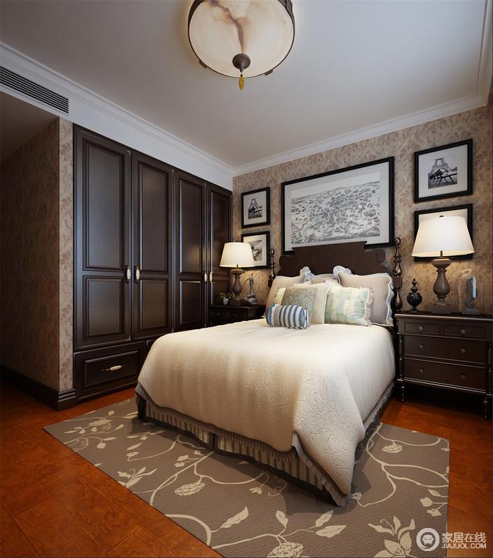 卧室结构上相对简单,褐色美式木事衣柜以嵌入式设计,呈现空间的利落;驼色花纹壁纸和地毯以色彩层次,增添了不少恬淡与温馨,搭配美式复古的家具和灯饰,无疑,更为稳重和暖。