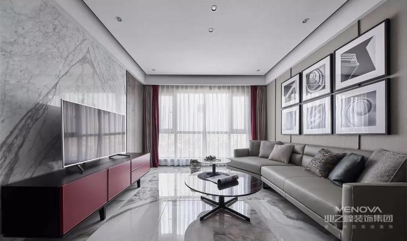 客厅地面通铺泼墨视觉的地砖,无主灯顶面勾勒黑色线条,让整体空间更为现代知性;黑白色的挂画组合与红色电视柜搭配灰色系沙发,更为沉静、大气。