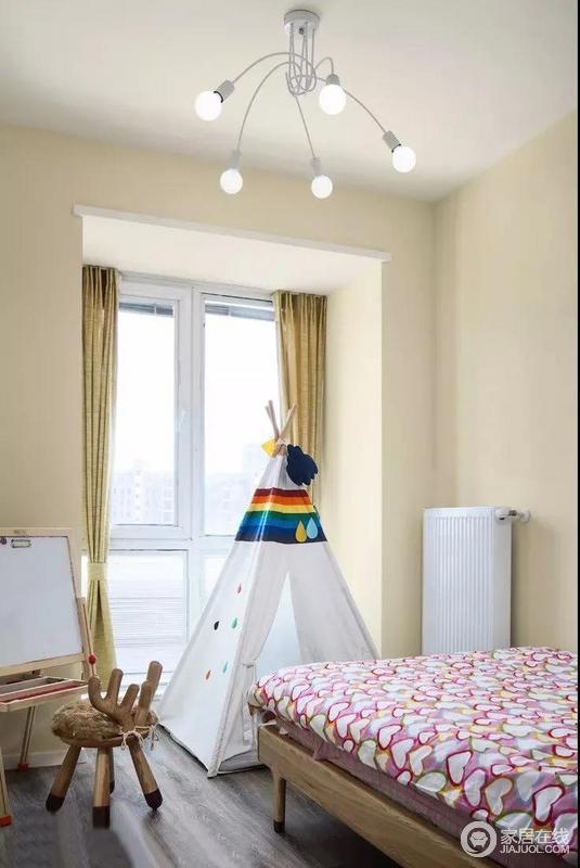 儿童房的墙面被粉刷成奶黄色,给人淡暖,而亮黄色窗帘搭配期间,形成一种白色的渐变效果没营造一种愉悦感;用画板和小鹿凳子装点四角帐篷,既可以方便孩子游戏,又增加了房间的丰富性,童趣十足。