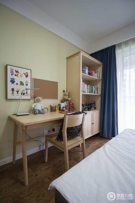 儿童房里靠着一侧墙面,打造了高低书桌和书柜,让小朋友们有自己的学习天地;蓝白窗帘的装饰,平添几分沉静气息。