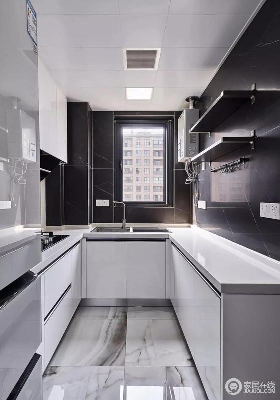 厨房墙面采用黑色瓷砖,搭配白色橱柜台面,打造黑白配现代简约风,简单实用之余,让空间更为规整。