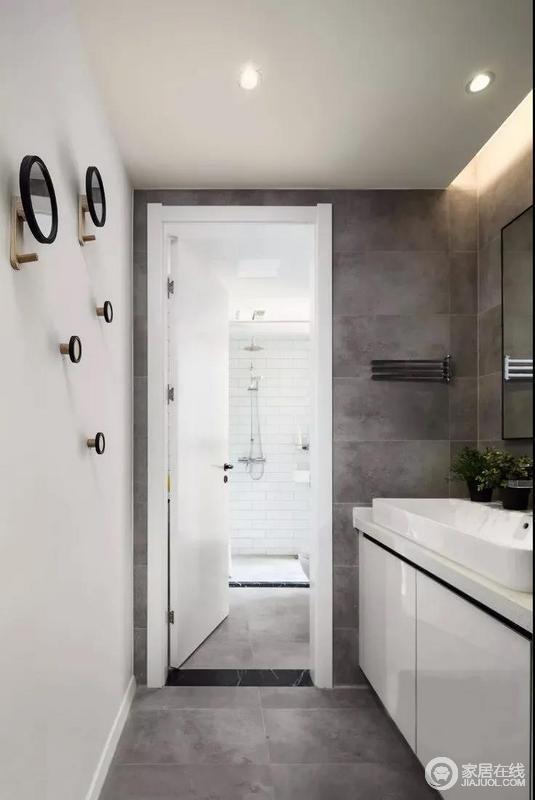 卫生间干区用水泥砖上墙,天然质朴的质地很特别也很迷人,也凸显了一种天然质感,加上墙面上的挂钩,给人一种错落之中的几何美学;而淋浴区小白砖铺贴出干净与利落,十分便捷。