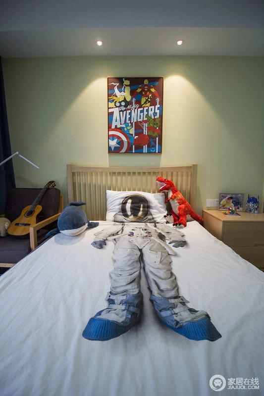 小朋友房间结合了些许美式元素,家具相对都比较简洁;宇航员床单更是将童趣表现出来,与木质的温宁和谐共生。