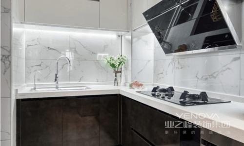 厨房统一设计成黑白对比色,吊柜下方为满足照明的功能性也做了灯带,让操作更为方便;整个地面墙面的铺贴延续客厅的风格,简单大方,造就现代的烹饪生活