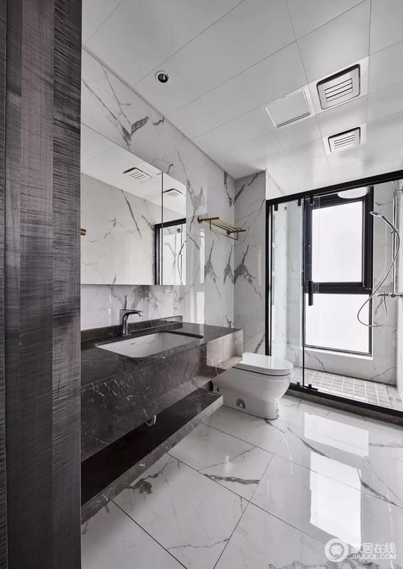 客卫从地面到墙面整体通铺大理石纹瓷砖,黑色石质台盆设计,造型现代利落,与墙面构成黑白艺术,而干湿分离的设计,无疑为生活带来舒适。