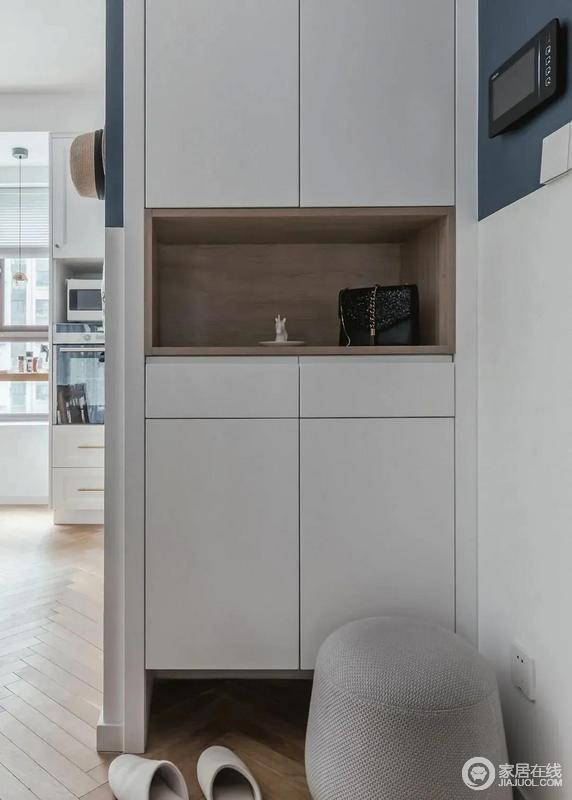 玄关柜不仅可以增加家里的仪式感也能收纳出行需要的小物件,可以说是空间必备。