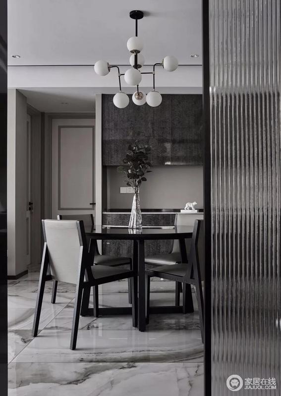 整个灰色系的空间基调中,通过软装布艺加以点缀赋有小心思的球泡吊灯、木楞格栅,让空间具有呼吸感之余,更为现代时尚。