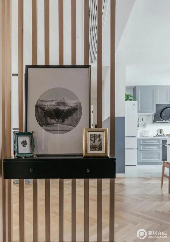 玄关处还设置了有落差的地台方便出行和家里打扫卫生,屏风特有的设计美感,兼具了隔断美化与协调的作用,一进门便能感受到生活之美。