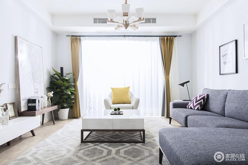 客厅的整个空间呈现出原汁原味的自然风,白色的空间因为驼黄色窗帘有了跳跃性;而灰色沙发与白色扶手椅组合带来时尚感,回字纹地毯和实木电视柜轻盈之中,让空间的北欧气息更为浓郁。