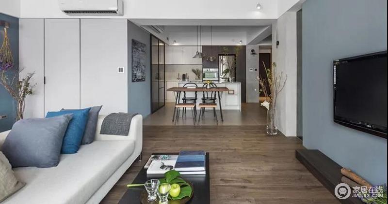 客厅另一侧是厨房和餐厅,从西厨、餐厅望向客厅的方向,改造后的空间非常明亮;开放式餐厨空间,减少了格局上的束缚,白色橱柜搭配现代风的餐椅,渲染着温馨的生活氛围。