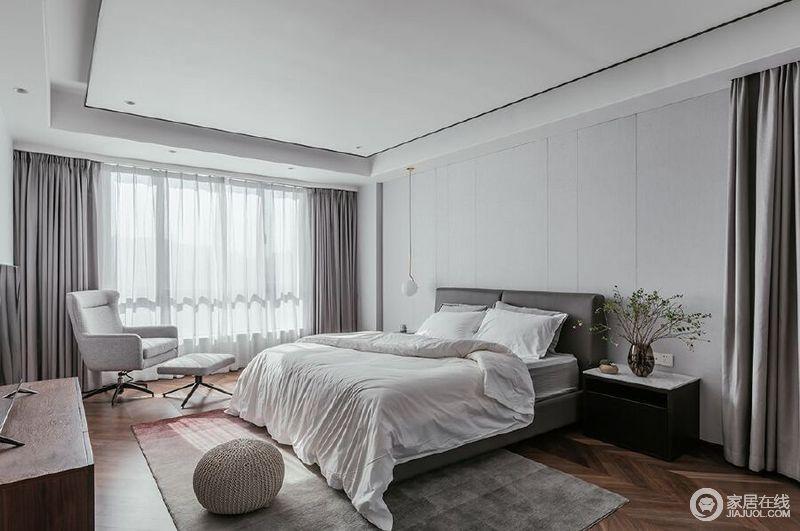 卧室线条简单,背景墙的浅灰色与白色吊顶在深灰色布艺窗帘的装饰中,成就层次和素静的氛围;原木地板朴质之余,搭配简约的家具给空间升温,花器、圆形坐墩点缀出一种精致。