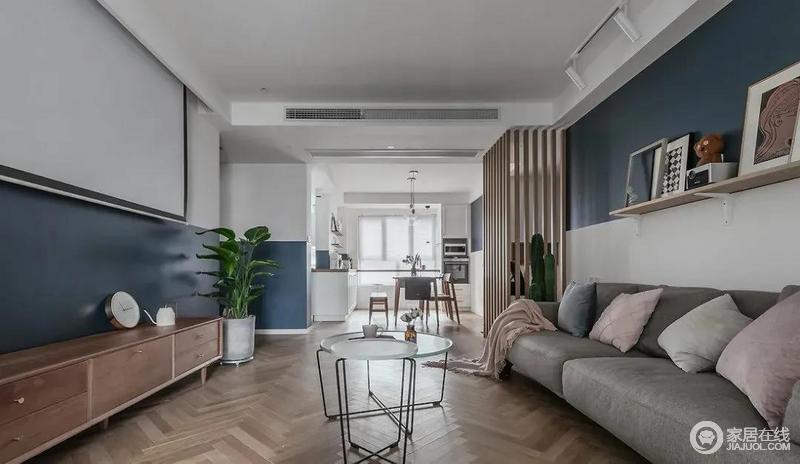 客餐厅一体式的设计,更为通透明快,北欧家具不论从造型还是质地,都足显质感;在原木的基调上,通过灰色和白色等作为调和,凸显空间的温和。