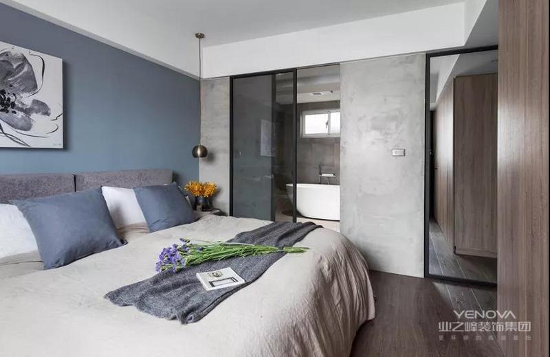 卧室与主卫同样使用玻璃门隔断湿气,墙面选用了质感低调的水泥粉光墙,部分拼贴灰色花砖,完善规划干湿分离空间,灰色和蓝色的搭配,渲染优雅素静。