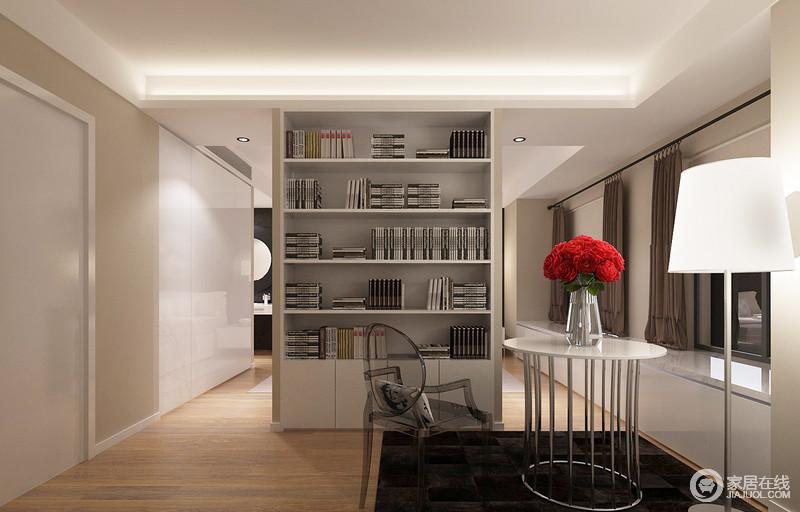 书房以结构分区,利用立式书柜巧妙地将两个空间做了串联,营造起生活的文艺;黑色地毯上的金属圆几、落地灯与塑脂单椅,以黑白造就成就,让生活简单、舒适。