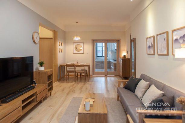 客厅整体以原木和白色调为主,简洁的家居搭配让这里看起来很宽敞。