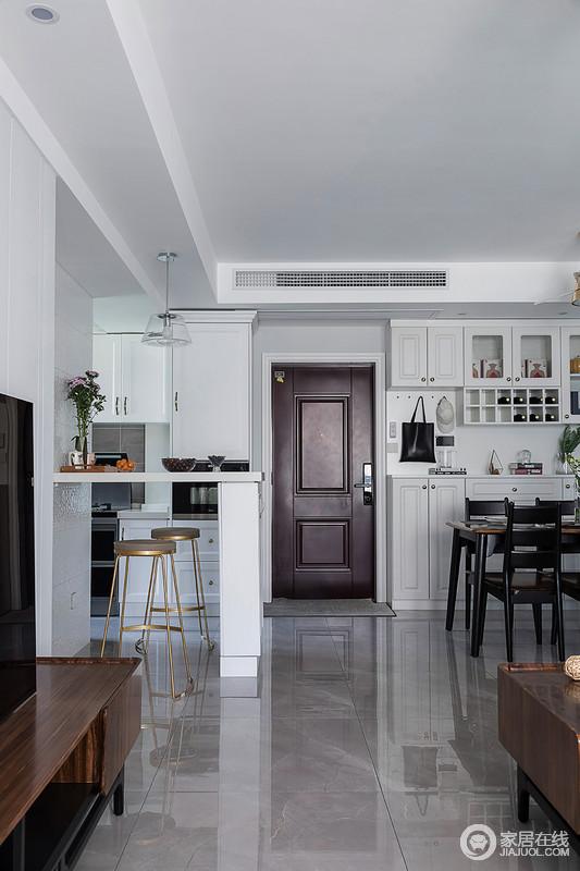 """开放式的空间并没有设计的特别枯燥,在结构的基础上将餐厅设计在了左侧,厨房和吧台设计在了右侧,可谓""""左右搭配,更为圆满"""";吧台的简约因为金属高脚凳的加入,多了轻奢。"""