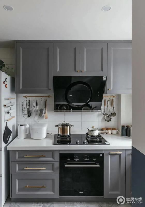 厨房灰白色搭配简约时尚金色拉手,突出精致感;白色墙砖与台面与橱柜以色彩反差强调美学,让主人在烹饪之外,也可以感受到美。