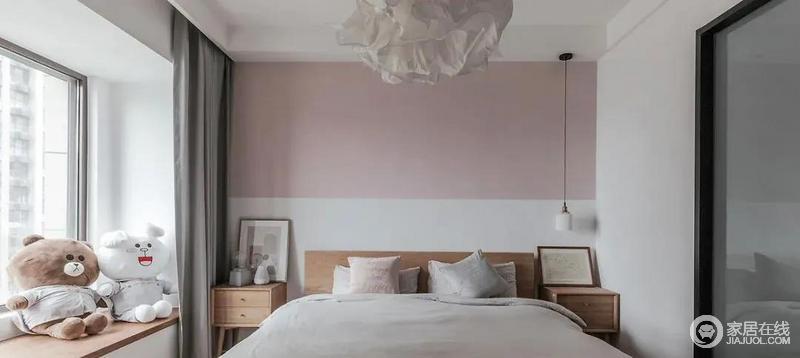 卧室的线条十分简单,可以说以功能为主,背景墙以烟粉勾勒一抹浪漫韵味与纯白色拼接整体轻盈而优雅,北欧木纸床头柜的温质,营造一种温馨,与摆饰和灯饰,造就空间美学。