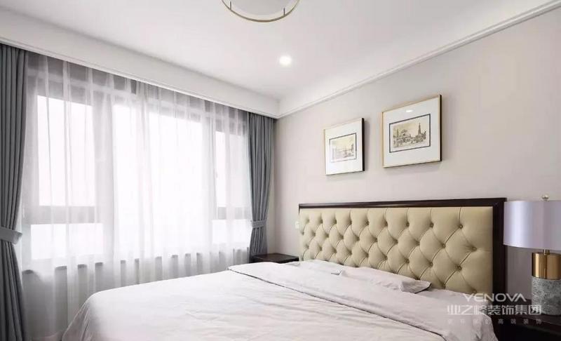 卧延续木地板与暖咖色墙面,卡其色软包上方点缀一对壁灯