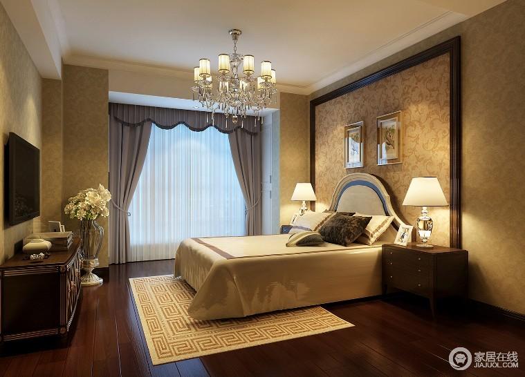 卧室虽然线条上较为简洁,但是浮雕壁纸增添了不少欧式复古质感;驼色调基础上搭配褐色实木地板和欧式家具,让空间足够稳重,考究的家具和水晶灯具装饰出大气;灰色罗马帘、回字纹地毯以不同的形式,混搭出家的温馨。