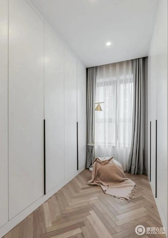 步入式衣帽间以原木地板铺设出人字形,与白色衣柜、灰色窗帘搭配出沉静,灯光融入温馨的味道,增加了衣帽间的颜值,也格外实用。