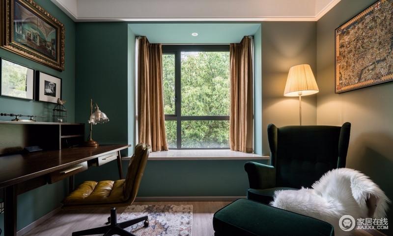 书房,亦是多功能室,复古绿与姜黄,两者间鲜明的色彩差异感,形成强烈的空间张力,在灯光的辅助作用下,营造出脱俗的氛围感;简单的布局却各有其位,一人办公,一人阅读,彼此相伴,彼此成长,彼此成就。