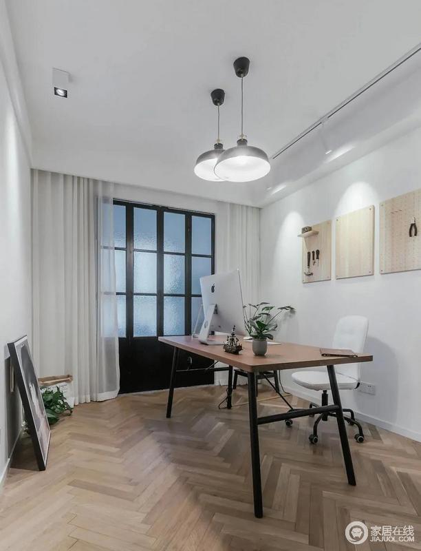 书房的大白墙搭配白色纱帘,十分安静,黑色复古的折叠门给书房添置了一份老上海的韵味,布置简单的书房,因为胡桃木书桌和绿植,就满是趣味。