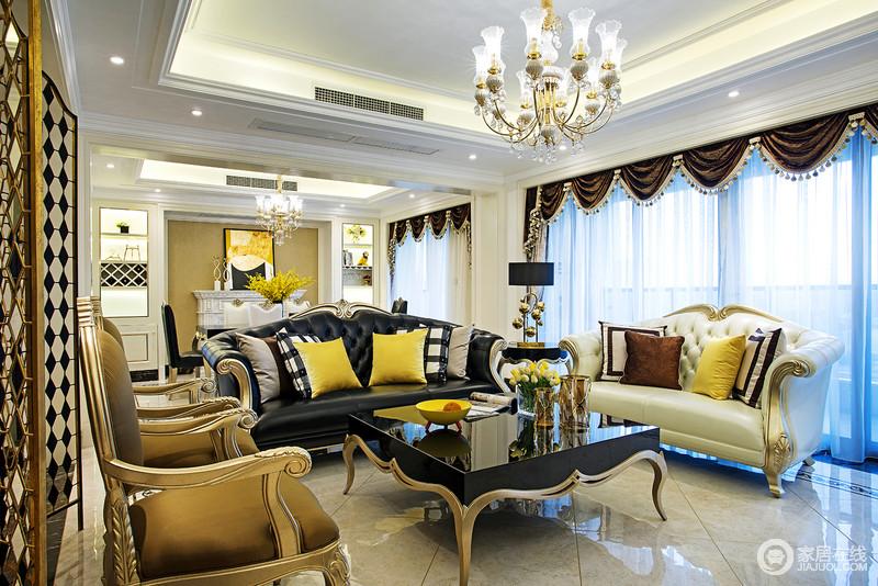 带着奢华优雅质感的沙发组,色调浓郁富有韵律,点缀在其中的靠枕配色多样,愈加增添空间的视觉层次,为客厅注入时尚活力;描金的大量勾勒装饰,金属镂空屏风隔断的华美烘托,让空间的典贵气质尽展淋漓。