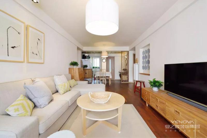 客厅选用了日式典型的原木色设计,白色筒灯,带来禅意的静谧;阳台榻榻米的设计确是品茶观景的不二之地。