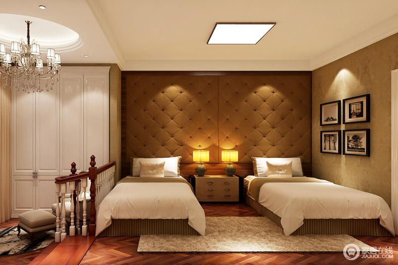 卧室通过楼梯区分空间区域,衣帽区和休息区做到了分离,同时,搭配水晶吊灯演绎欧式精致;褐色软包背景墙、木地板与白色床品形成色彩反差,而黑白照片共叙生活的温情。