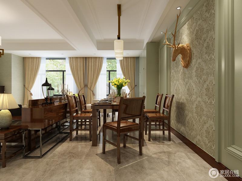 餐厅墙面造型墙板的装饰运用的木质以绿色来营造美式田园风情,灰驼色壁纸上的雕塑装饰,无疑给生活带来原始朴质与复古格调;美式实木餐桌椅组合赋予生活踏实,现代圆筒吊顶的简洁正如桌上的黄花一样,给空间带来新意新味。