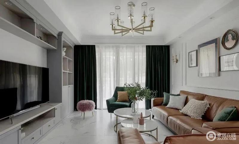 客厅为了提升空间的亮度,地面通铺哑光的爵士白地砖,清爽的白墙加上简单的石膏线条,呈现美式ins格调;祖母绿的窗帘与扶手椅搭配棕黄色的皮质沙发,在圆形茶几的调和中尽显轻奢和时尚。