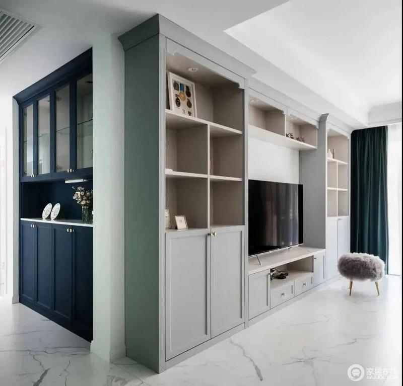 客厅中定制得电视柜增加了收纳美学,浅灰色柜体哑光质感显露出一丝高雅温馨的意外之喜;而门厅藏蓝色的储物柜与之形成对比,却表达实用哲学,令生活更有章法。