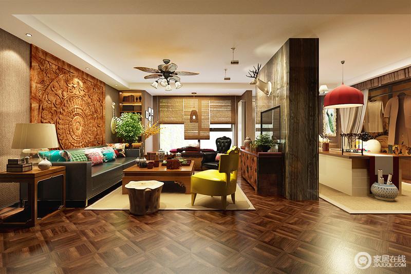 客厅以麻制布壁纸装饰墙面搭配驼色卷帘,营造一种温馨;背景墙木雕画呈现出热带风情,与糖果色的软装,给空间明快艳丽感;褐色木地板的几何纹样让空间具有动律,与实木家具组合出大气。