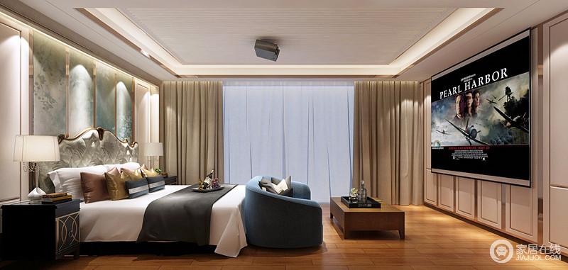 卧室从线条到结构都十分简洁,吊顶因金属装饰与灯带显得十分规整,与立面的几何呼应出了利落;淡蓝色背景墙因为金属框的装饰多了份精致,与金属古典床、蓝色沙发张扬典雅,而现代黑色床头柜与台灯对称出和谐与别致,让家更为温雅。