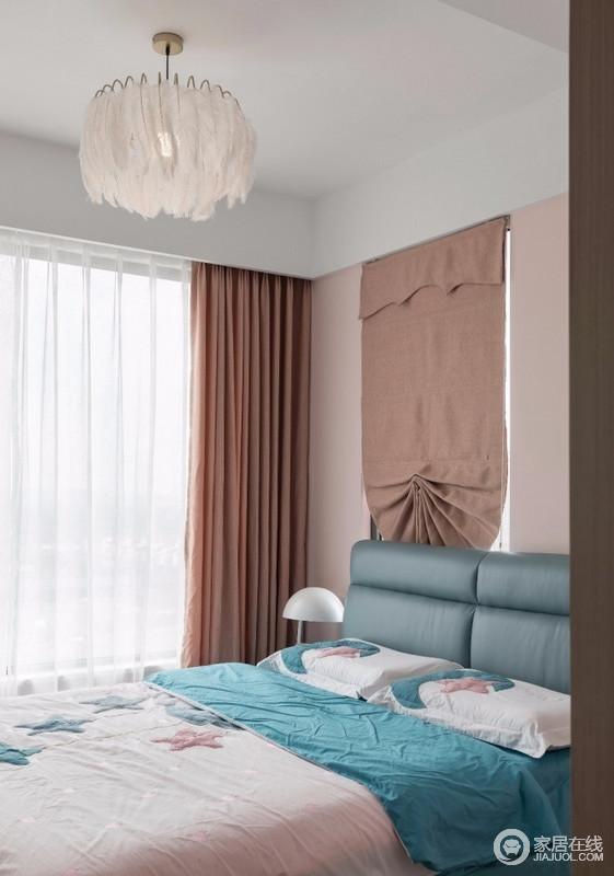 儿童房让小朋友自己选择了喜欢的颜色进行搭配,原始窗户保留下来,增加空间空气和光线的流通,白色纱幔营造梦幻;锗色窗帘搭配蓝色调的床品组合出色彩张力,让生活多了温馨。