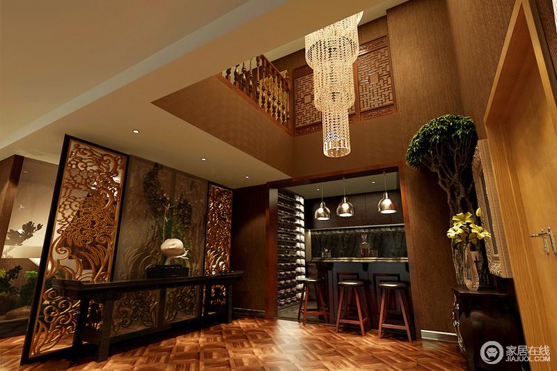 门厅的挑高具有了空间感,水晶灯装饰出了华贵,木材质包裹的立面与木地板构成一个整体,朴质也厚重;吧台区带来休闲的意味,朋友到访闲谈的好地方;金属隔断既解决了风水的问题,搭配中式岸几和摆件,混搭出生活的品味。